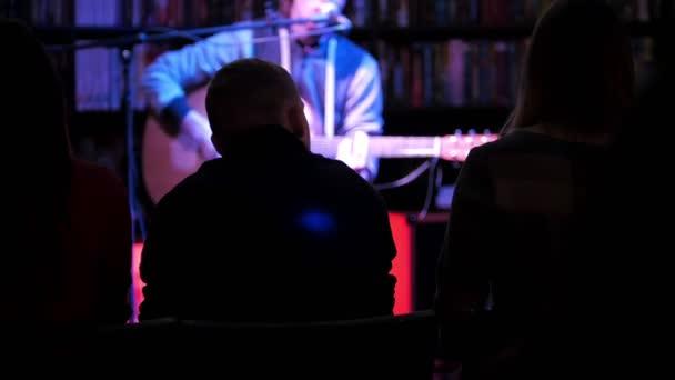 Rock gitáros helyszínen gitáron játszik a nézők