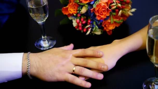 Mans a žena ruce na stůl v kavárně