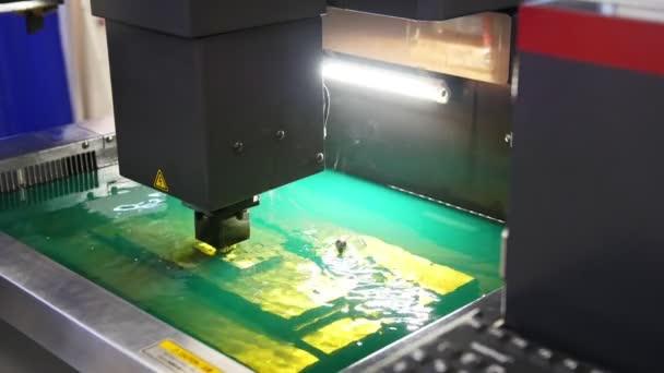 Řezání plechu procesu ve vodě. Sparks fly od laserové automatické Factory, produkce