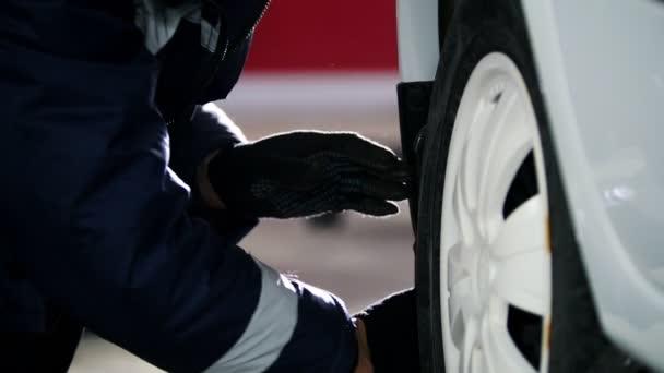 Auto mechanik vyšroubováním pin auto kola automobilu v provozu