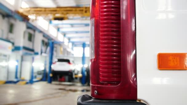 Automobilová diagnostická služba - mechanika pracuje, ruční práce