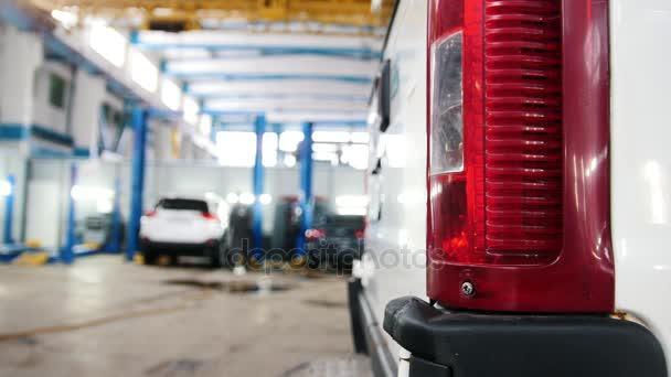 Automobilová diagnostická služba - mechanici horečně pracovali, rozostření pozadí