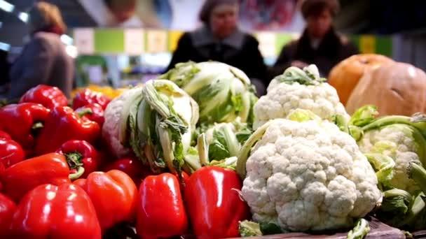 Zákazníci - staré dámy v rostlinných potravin ministerstva ze supermarketu