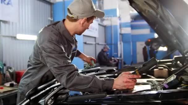 Szerelő az overall szeretnének a motorháztető az autó - autó szolgáltatás javítása