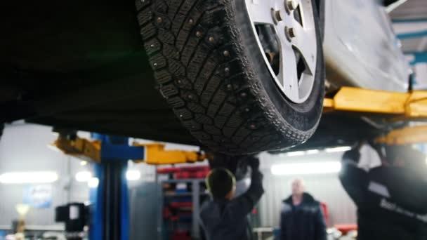 Auto, zvedl v automobilové služby pro opravy, opravuje chyby, jezdec