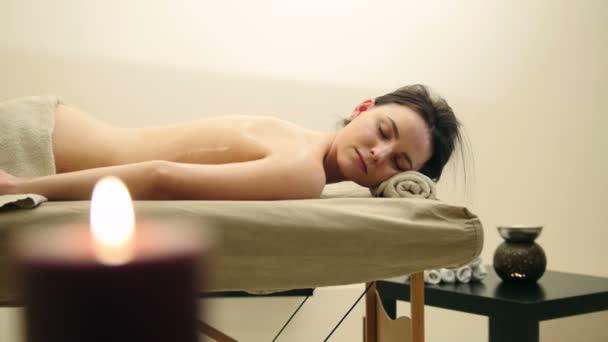 Mladá žena leží na masážní stůl - terapeutické manuální terapie