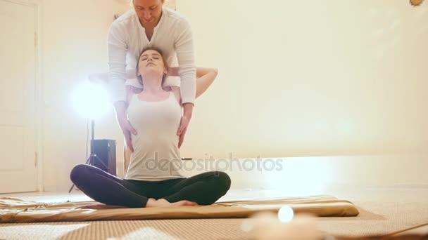 Mladá svůdná žena dostane potěšení během thajských masáží