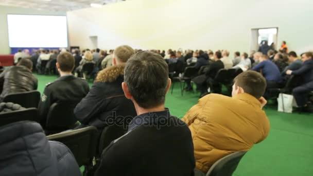 Posluchači sedí v publiku na semináři zemědělská, prezentace