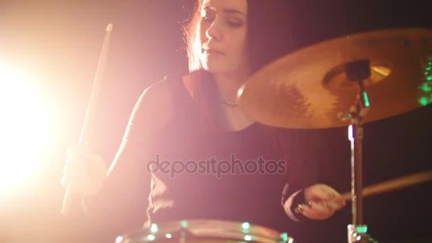 Fiatal nő ütős-dobos dob előadás