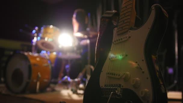 Žena perkuse bubeník s bubny, de-zaměřené