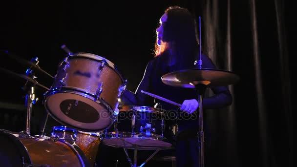 Emocionální dívka perkuse bubeník s bubny, jezdec