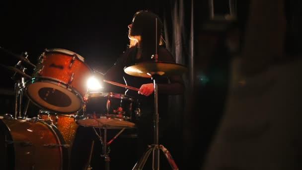 Emocionální dívka perkuse bubeník s bubny, pomalý pohyb