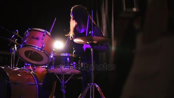 Teen rocková hudba - gotická dívka perkuse bubeník s bubny, pomalý pohyb