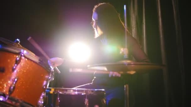 Teen rocková hudba - gotická dívka perkuse bubeník, slider