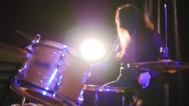 Teen rocková hudba - gotická dívka perkuse bubeník roztroušená rozdělit