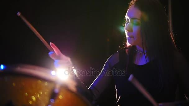 Gothic lány ütős-dobos végre zene lebontják - tini rock zene, lassú mozgás