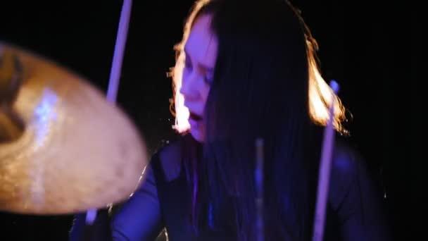 Dívka perkuse bubeník s bubny, pomalý pohyb