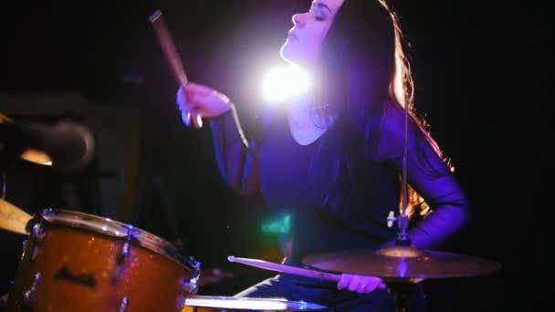 Vášnivá dívka s dlouhými vlasy - perkuse bubeník provádět hudba rozebrat - teen rocková hudba, pomalý pohyb