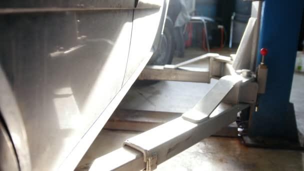 Auto čerpací stanice - součást platformy výtah s opravy auto