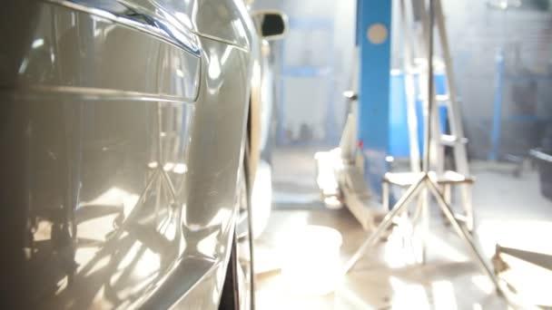 Velké bílé auto stojící vnitřní - v auto čerpací stanice v Slunečné poledne
