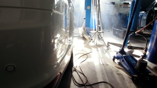 Profesionální auto čerpací stanice v Slunečné poledne - velké bílé auto stojící vnitřní, široký úhel