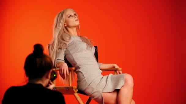 Blondy hezká dívka pózování pro fotografa - módní backstage