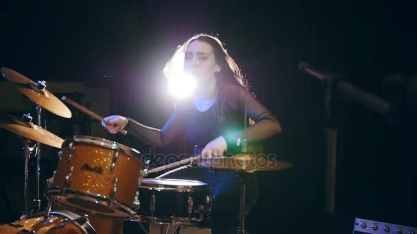 Zblízka pohled holka rockový hudebník žena bubeník, pomalý pohyb