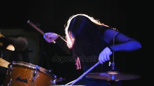 Dívka rockový hudebník - ženské bubeník provedení, pomalý pohyb