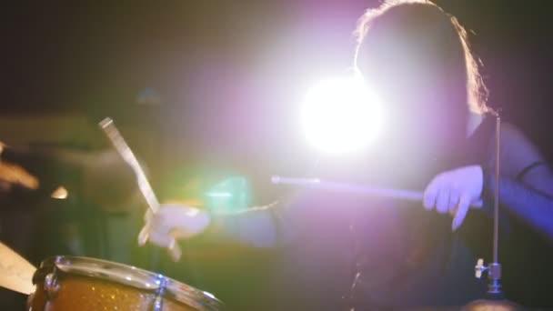 Temperamentní dívka s černými vlasy perkuse bubeník začne hrát na bicí