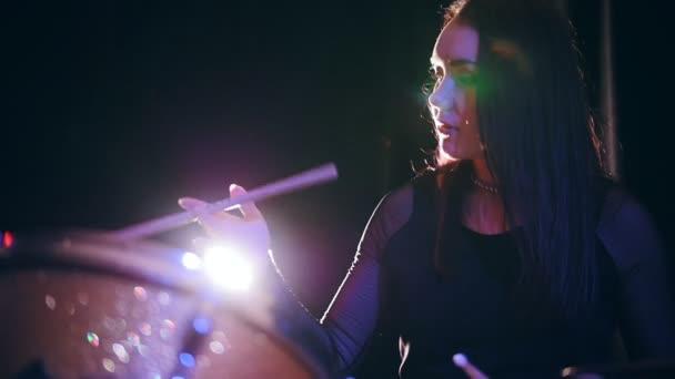 Roztomilá mladá žena hraje s stehno - buben, provádění, rocková hudba, zpomalené