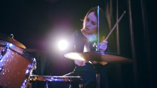 Temperamentní dívka s vlající vlasy perkuse bubeník s bubny, zpomalené