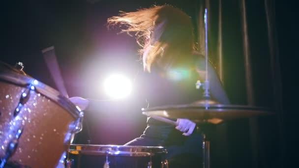 Hard rocková hudba - buben rozebrat provedení - atraktivní dívka s tekoucí vlasy, pomalý pohyb