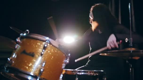 Bicí bubeník dívka s bubny, pomalý pohyb