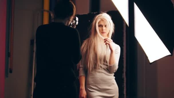Fotograf a atraktivní blondýna ženské model v ateliéru - fotografů