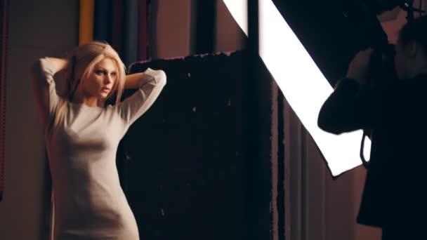 Fotograf a Krása Blondýna ženské model v ateliéru - fotografů