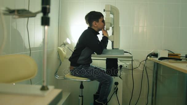Chlapec zjišťuje oko vidění v Oční klinice - široký úhel