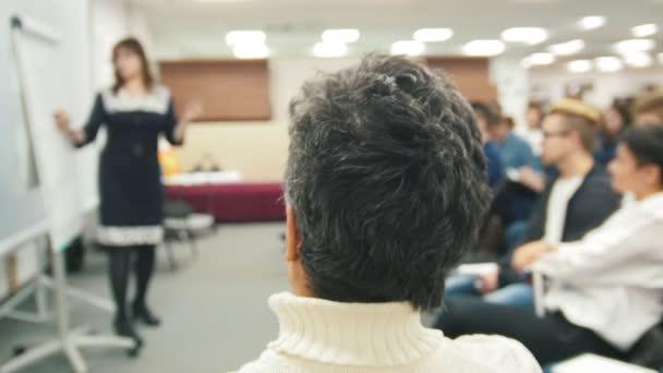Fotografie Kaukasische Lautsprecher weibliche de-konzentriert Schuss Lehrtätigkeit an internationale Konferenz