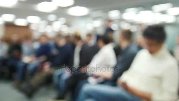 Rozmazané pozadí - semináře nebo přednášky - spousta lidí sedí u obchodního jednání - Časosběr