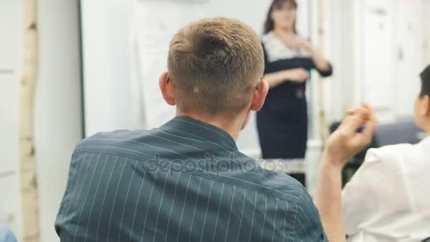 Podnikatelé - muž na obchodní seminář mluvit s lektorem a publikum - setkání koncept