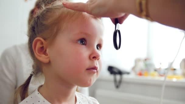 Roztomilé dítě v Oční klinice - optik diagnóza malá blondýnka