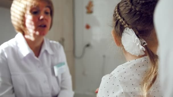 Oftalmolog klinice vysvětluje diagnózu o dívky zrak