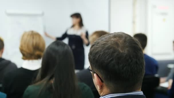 Prezentace na seminář pro obchodníky - reproduktor ženské učí na mezinárodní konferenci, výkon