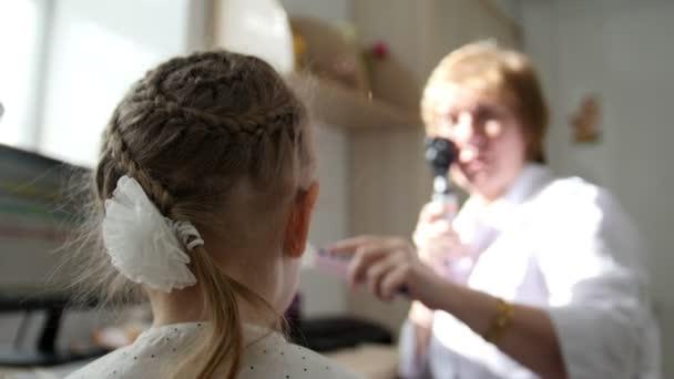Diagnostika v dětské oftalmologii - optik diagnóza malá holčička - zadní části hlavy