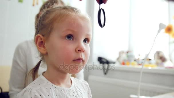 Roztomilé dítě v Oční klinice - optik diagnóza drobná světlovlasá dívka - teleobjektiv zastřelil