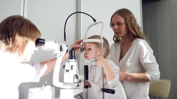 Childs oftalmolog kontroluje malé dívky zrak - matka a dcera v Oční klinice