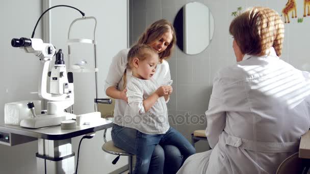 Oftalmolog klinice vysvětluje diagnózu o dívky zrak - matka a dcery zdravotní péče