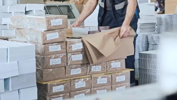 Risultati immagini per operaio settore imballaggio
