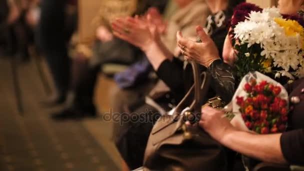 Nézők, a koncertterem, tapsolt a teljesítmény, a színpadon