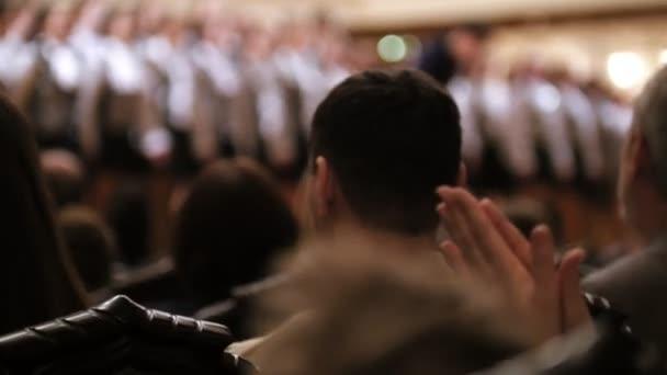Publikum im Konzertsaal - Kinderchor sieht zu
