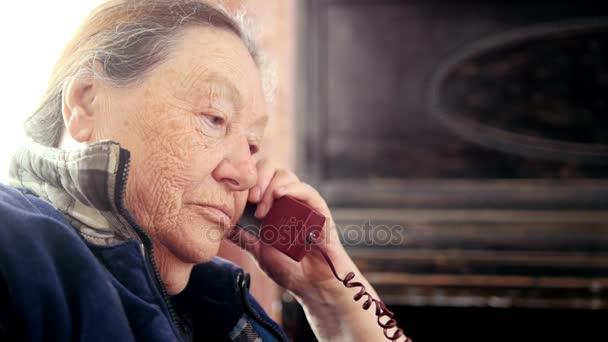 alte Frau spricht Festnetztelefon, Portrait